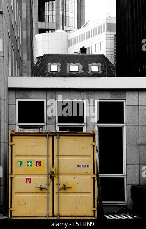 La fotografia di un Portakabin, in piedi di fronte di grattacieli. Immagini Stock