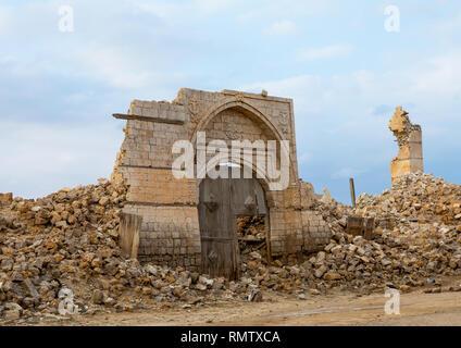 Porta di legno nel mezzo di una rovina ottomano edificio di corallo rosso, lo stato del mare, Suakin, Sudan Immagini Stock
