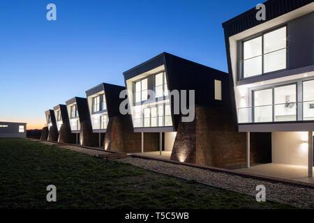 Vista delle case al tramonto. Priddys Hard, Gosport, Regno Unito. Architetto: John Pardey architetti, 2019. Immagini Stock