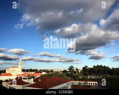 Nuvole sopra il santuario di Fatima, Portogallo Immagini Stock