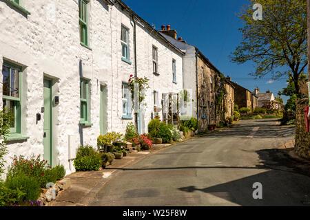 Regno Unito, Cumbria, York, Millthrop, costruita in pietra dipinta di bianco e cottages sulla strada attraverso la frazione Immagini Stock