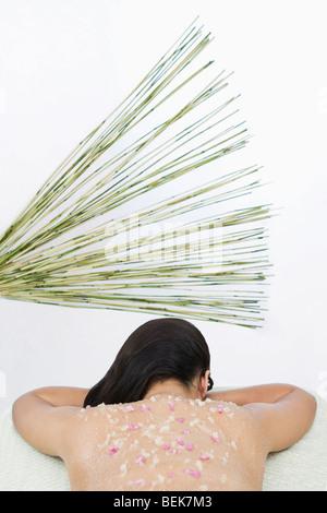 La donna che riceve un organico trattamento scrub Immagini Stock