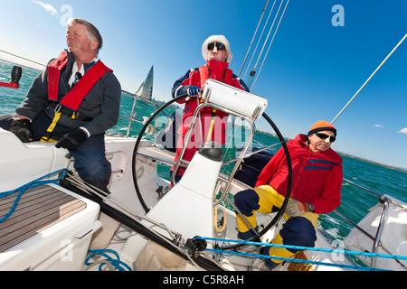 Il capitano al volante di un oceano andando yacht durante la gara. Immagini Stock