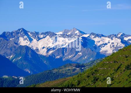 Ochsner e Grosser Moseler nelle Alpi Aurine, vista da Hohenstrasse Aurine oltre Hippach, Zillertal, Tirolo, Austria Immagini Stock