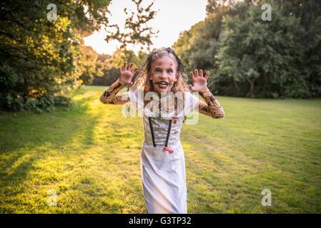Un bambino vestito in costume per la notte di Halloween. Immagini Stock