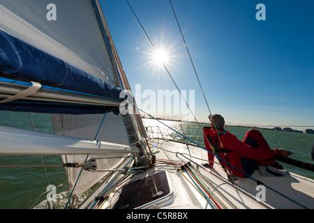 Uomo relax su yacht in sun. Immagini Stock