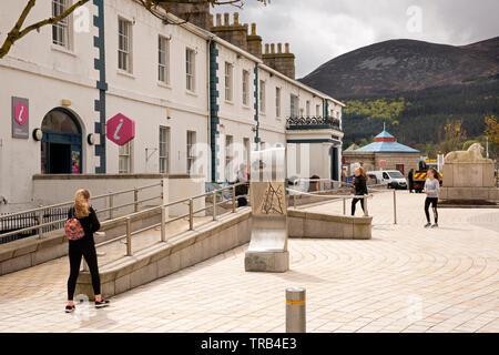 Irlanda del Nord, Co Down, Newcastle Central Promenade, Centro informazioni turistiche sul sito del vecchio castello Immagini Stock