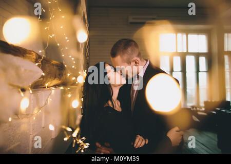 Coppia caucasica kissing vicino a parete Immagini Stock