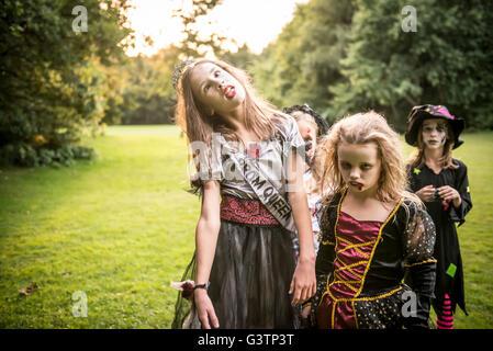 Due bambini vestiti in costume per la notte di Halloween. Immagini Stock