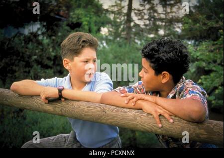 Due 2 tween di età compresa tra i ragazzi appoggiato sulla staccionata in legno a parlare. Signor © Myrleen Pearson Immagini Stock