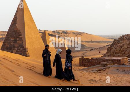 Le donne sudanesi visitando le piramidi di kushite governanti a Meroe, Stato settentrionale, Meroe, Sudan Immagini Stock