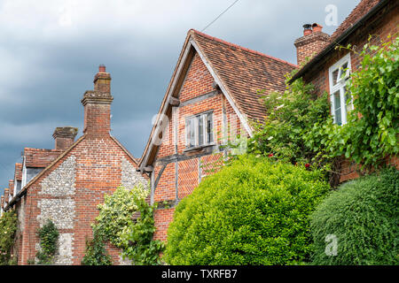 In mattoni e pietra focaia cottages di Turville villaggio in Chilterns. Buckinghamshire, Inghilterra Immagini Stock