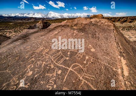 Arte rupestre e Sierra Nevda gamma, California. Luogo segreto per proteggere il sito antico nativo americana.incisioni Immagini Stock