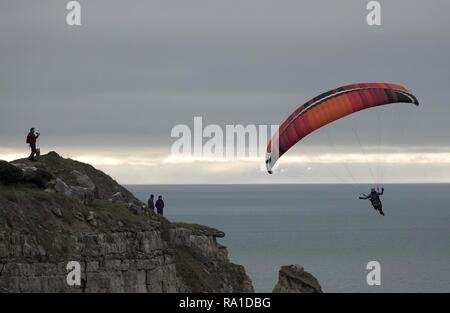 Portland, Dorset, Regno Unito. Il 30 dicembre 2018. Parapendio a Chesil Beach, Portland, Dorset Credito: Finnbarr Webster/Alamy Live News Immagini Stock