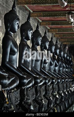 Thailandia, Bangkok, Wat Suthat tempio, fila di black statue di Buddha Immagini Stock