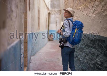 Giovane turista femminile esplora le case a Essaouira, Marocco. Immagini Stock