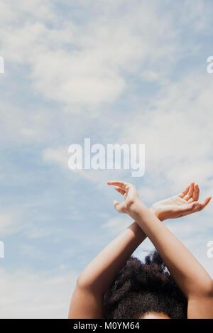 African American donna con le braccia sollevate a nubi Immagini Stock