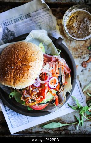 Deliziose grigliate di portobello burger a fungo con un sacco di verdure Immagini Stock