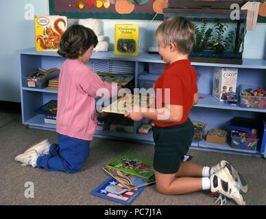 Due bambini pulizia area di gioco © Myrleen Pearson ....Ferguson Cate Immagini Stock