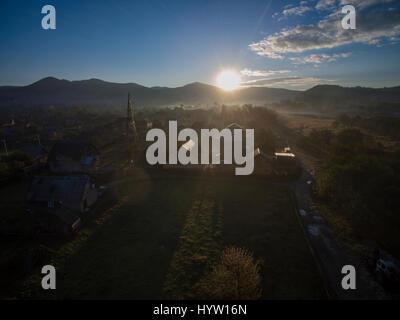 Riprese aeree di un alba rurale nel villaggio di mykuluchyn nella regione dei Carpazi dell'Ucraina occidentale. Immagini Stock