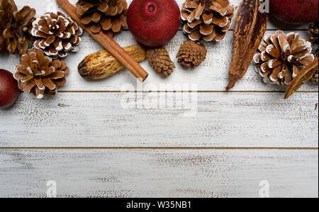 Un gruppo di decorazioni di Natale su un bianco sullo sfondo di legno con copia spazio. Pigne, garland, bacche Immagini Stock