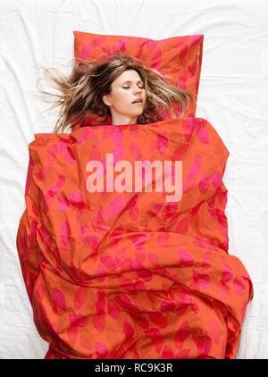 Donna che dorme nel letto Immagini Stock