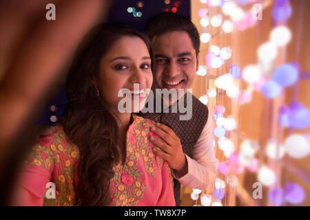 Il marito e la moglie facendo clic selfie in occasione del Diwali Immagini Stock