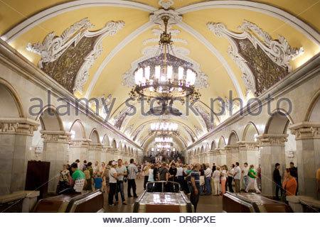 Passeggeri ad una stazione della metropolitana, linea Koltsevaya, Mosca, Russia Immagini Stock