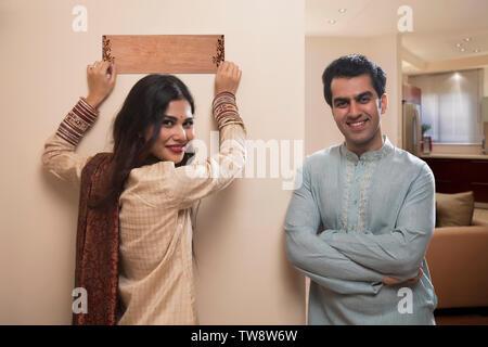 Sposa giovane in abito tradizionale immissione nome piastra alla home Immagini Stock