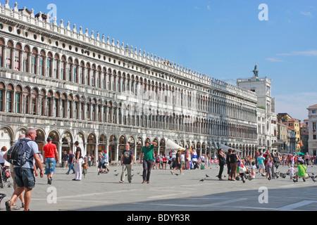Il turista a godere il sole in Piazza San Marco , Venezia, Italia Immagini Stock