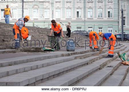 Operai a lavorare o scale, Russo Biblioteca Statale di Mosca, Russia Immagini Stock