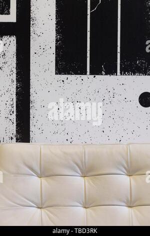 Dettaglio di bianco divano in pelle in spogliatoio. Gebr de Nobel, Leiden, Paesi Bassi. Architetto: Ettore Hoogstad Architecten, 2014. Immagini Stock