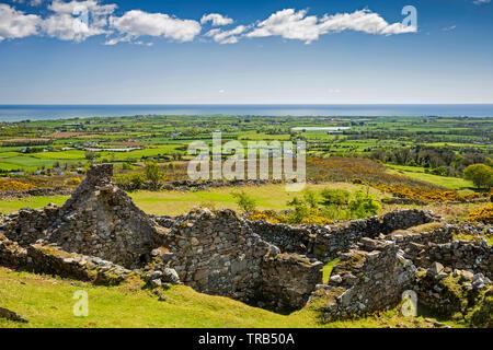 Irlanda, Co Louth, penisola di Cooley, Rooskey, le rovine della casa in abbandonato pre-carestia borgo affacciato Carlingford Lough Immagini Stock