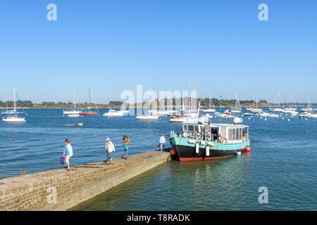 Francia, Morbihan, Arzon, il Kerners attesa e l'arrivo della barca del Passirio delle isole che collega Arzon a Ile aux Moines Immagini Stock