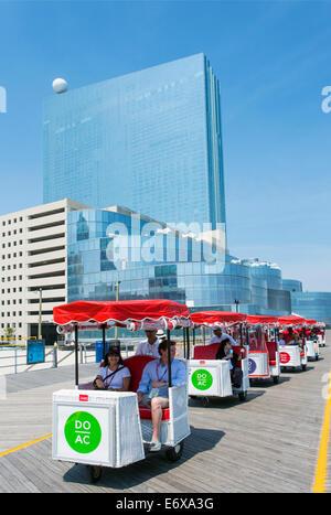 Stati Uniti d'America,New Jersey, Atlantic City, vista di alberghi lungo la passeggiata a mare con sedie di Immagini Stock