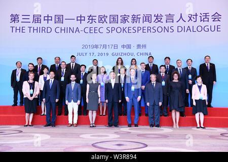 Guiyang, della Cina di Guizhou. 17 Luglio, 2019. Le persone che frequentano la terza la Cina con i paesi PECO (paesi dell'Europa Centrale e Orientale) Dialogo portavoce di posare per le foto di gruppo di Guiyang, nel sud-ovest della Cina di Guizhou, 17 luglio 2019. Oltre due dozzine di portavoce dalla Cina e paesi dell' Europa centrale e orientale si sono riuniti per una finestra di dialogo di Guiyang, capitale del sud-ovest della Cina di Guizhou mercoledì. Credito: Yang Wenbin/Xinhua/Alamy Live News Immagini Stock