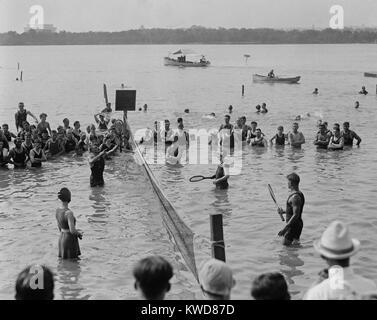 Acqua match di tennis presso il bacino di marea a Washington D.C., Agosto 12, 1921. (BSLOC_2015_17_143) Immagini Stock