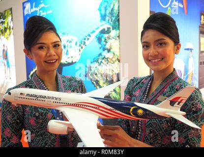 Excel, London, Regno Unito. 5 novembre 2018. Malaysia Airlines A350 modello con due equipaggi di cabina al World Travel Market, Excel, London, oggi (Mon) Credito: Finnbarr Webster/Alamy Live News Immagini Stock