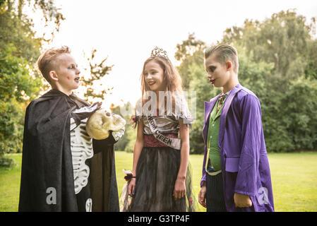 Tre bambini vestiti in costume per la notte di Halloween. Immagini Stock