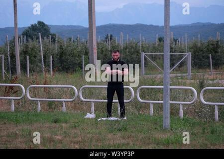 Un uomo musulmano prega nel campo nella Repubblica Kabardino-Balkar nel Nord Caucaso Distretto federale della Russia. Immagini Stock