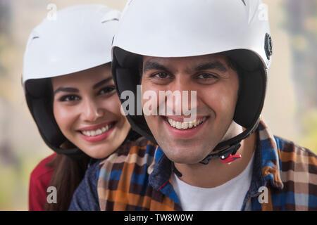 Close up di coppia giovane indossando il casco Immagini Stock
