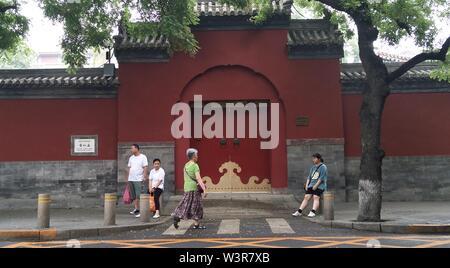 Pechino, Cina. 17 Luglio, 2019. Foto scattate con un telefono mobile mostra i pedoni su una strada vicino il Museo del Palazzo Imperiale a Pechino Capitale della Cina, 17 luglio 2019. Credito: Zhang Chao/Xinhua/Alamy Live News Immagini Stock