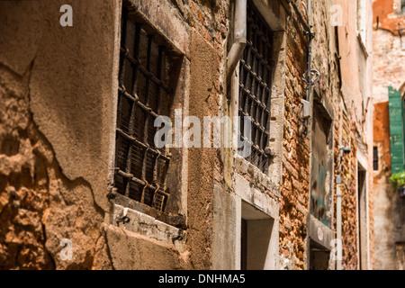 Basso angolo di visione di un vecchio edificio, Venezia, Veneto, Italia Immagini Stock