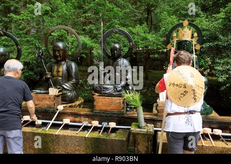 Giappone, isola di Honshu, la regione di Kansai, prefettura di Wakayama, Distretto di Ito, Koyasan, Okunoin cimitero, Tempio buddista Immagini Stock