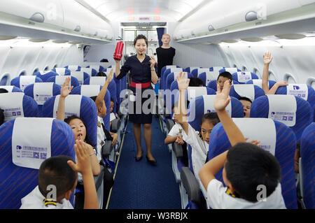 (190717) -- KUNMING, luglio 17, 2019 (Xinhua) -- Gli studenti frequentano una lezione sulla cabina di emergenza in caso di incendio durante un aviation-tema summer camp per la scuola elementare e media gli studenti di Kunming, a sud-ovest della Cina di Provincia di Yunnan, 17 luglio 2019. (Xinhua/Qin Qing) Immagini Stock