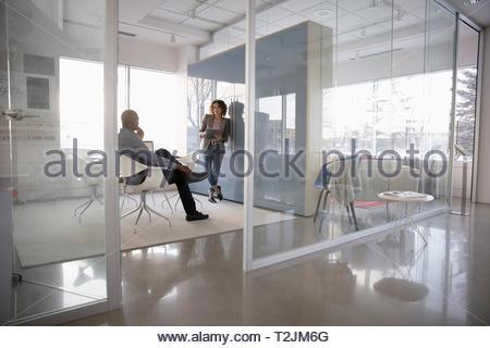 La gente di affari riuniti in una moderna sala conferenze Immagini Stock