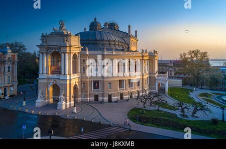 Bella drone elevata immagine dell'Odessa opera house ucraina a sunrise. Immagini Stock