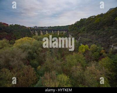 Riprese aeree del canyon del fiume smotrych verso il ponte novoplanivskyi in kamianets-podilski ucraina. Il tiro Immagini Stock