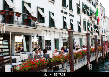Il 'canal lato' terrazza del Grand Canal Hotel , Venezia,l'Italia,è un luogo popolare per rilassarsi Immagini Stock