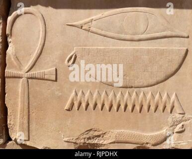 Una fotografia presa entro la Karnak Open Air Museum, il museo archeologico di Luxor in Egitto. Esso è situato nell'angolo nord-ovest del distretto di Amon-Re presso il complesso di Karnak. Immagini Stock